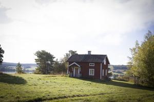 Det lilla torpet ligger precis vid Härke konstcenter och har en otrolig utsikt mot Storsjön och Annersia.