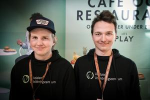 Från vänster i bild: Erik Röjås och John Carlberg från Älvdalen. UF-företag: E.J Stainless. Gör: Mindre pelletskamin för friluftsliv.