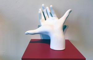 Drömmer jag eller är jag vaken? Ett knep för att veta, och även kunna styra sina klardrömmar, är att räkna fingrar. Här är skulpturen Lucid hand.