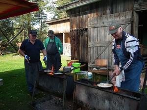Kolbullarna gick som smör. Karl Emil Eriksson, Gunnar Hedlund och Frank Andersson hade full koll på smet, fläsk och värme.