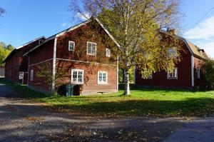 Liten gård/hästgård. Bostadshuset består av 5 rum och kök med stor vinkelbyggnad med 9 boxplatser.