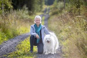 Ordförande i intresseföreningen Spillkråkan Kerstin Dafnäs med sin japanska spets Magic vid släktgården i Viken utanför Hammerdal.