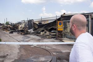 Byggföretagaren Anders Jonsson kollar på brandplatsen där han hyrt ett förråd.