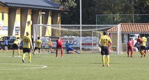 Sala FF:s Emil Pettersson räddar en straff i andra halvlek, slagen av Heby AIF:s Balen Nouri.