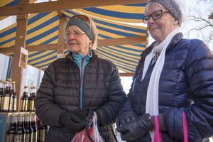 Karin och Ingrid Rilde passade på att köpa kalvdans och ost på marknaden.