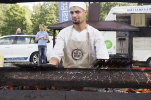 Kocken Yazan Qaiem hade gjort 350 kebabspett och 100 lahmajon vid klockan 12 och förutom det såldes massor av korv med bröd.