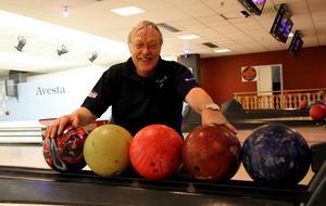 Eivon Larsson välkomnar Avestaborna till bowlinghallen.