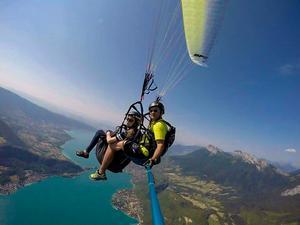 Under en semester i Alperna testade Madelen på skärmflygning.