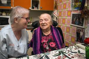 Gun Nordström, undersköterska, har ingått i hemtjänsten runt Hulda Källberg i arton år.