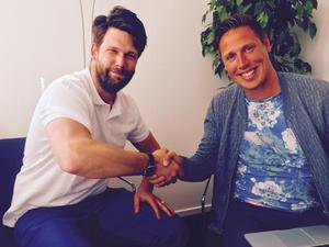 Carl Juborg, nyhetschef på NT-sporten, tillsammans med BKV Norrtäljes sport- och marknadschef, Tobias Lindström.