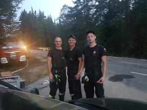 Polska brandmän som fått pizza till middag. Foto: Åsa Olsson