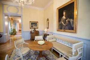 I gula salongen hänger ett porträtt av drottning Hedvig Elisabeth Charlotta. Hennes dagbok som beskriver tiden under sent 1700-tal och tidigt 1800-tal är berömd för sin skildring av hovlivet.