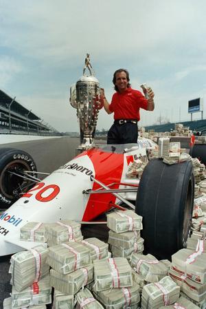 När Emerson Fittipaldi vann Indy 500 1989 uppgick förstapriset för första gången till över en miljon dollar, vilket gav arrangörerna idén till den här bilden. Arkivfoto: Seth Rossman/TT