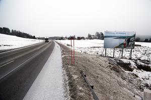 Den här skylten i Kyrkdal möter den som reser längs Riks 90  från Sollefteå mot Kramfors.