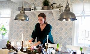 Julens bestyr och pyssel välkomnas av Susanne Thors i Sundsvall.– Det bästa som finns är att komma hem, ta på mysbyxor och Helly Hansen-tröjan och bara slappna av, säger hon.