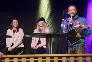 Sälens IF:s ordförande Fredrik Heikki hade med sig presenter  till Jennie-Lee Burmansson.