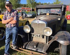 Denna Chevrolet från 1930 köptes i Falun 1949 av Martin Tolförs. 1957 ställdes den av, då Martin köpte en Wanderer av tonsättaren Hugo Alfvén. Så på 70-talet togs Chevan över av sonen Jan-Axel Tolförs, som bor i Siljansnäs och fortfarande är ägare. I många år stod den i ett garage i Tibble i Leksand.– Men så ställde vi i ordning den, och sen 2015 är det min grabb Andreas som kör den, berättar Jan-Axel.