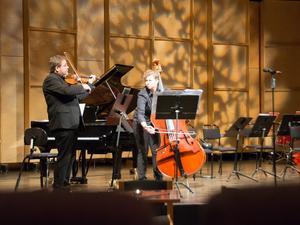 Duett för violin och kontrabas hör man inte varje dag. Richard Kontra och Malin Höglund drog ner en jätteapplåd för sitt svängiga blue grass-spel.