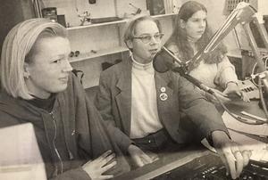 ST den 25 januari 1995. Stina Söderbäck, Jerker Lundstruem och Therese Svedin sänder radio för sina klasskamrater på medieprogrammet.