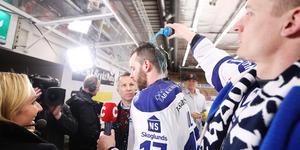 Martin Karlsson häller sportdryck över Jesper Ollas under en tv-intervju. Bild: Daniel Eriksson/Bildbyrån
