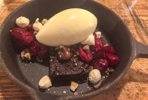 Desserten Choklad med hasselnötter och hemgjord vanlijglass är en humörhöjare.