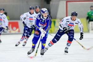 Martin Karlsson har skrivit på ett nytt tvåårskontrakt med Villa Lidköping.