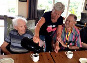 Dags för påtår. Monica Rödén serverar kaffe till Filip Westlund och Ingemar Sundin.
