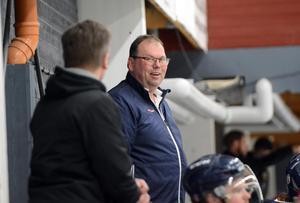 SSIF-tränaren Patrik Erlandsson har en del att fundera på efter förlusten mot Malung i premiären.