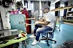 Jonas Millfjärd vid svetsmaskinen som funnits i företaget sedan det startade.