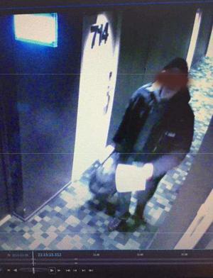 Hotellets övervakningskamera visar att Ludvikabon gick in på hotellrummet  klockan 21.15 den 9 mars. Han antas ha förvarat narkotika i väskan och som han några timmar senare sålde till två finländare. Foto: Polisen