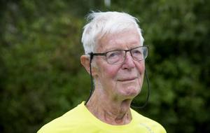 """Jan-Olof Dackebro, 83 år, tränar fortfarande genom att promenera fem kilometer varje dag. """"Det viktiga är att man rör på sig"""", säger han."""