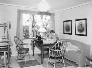 1948. Kaffepaus vid köksbordet, Vintrosa. Bildkälla: Örebro stadsarkiv/Eric Sjöqvist.