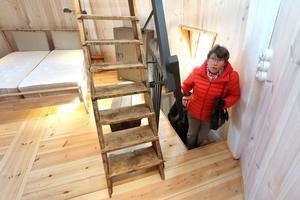 Bigitta Högqvist från Kumla på väg upp i sovrummet som ligger på tredje våningen i Kånsta kvarn.