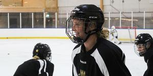 Sabina, född 1995, debuterade i landets högsta serie redan säsongen 2009/2010 i dåvarande Riksserien, nuvarande SDHL.