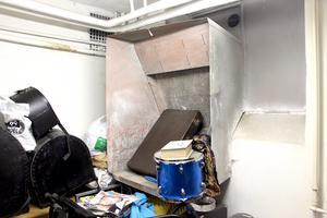 Bakom trummor och bråte i källaren finns det gamla mjölintaget kvar.