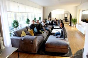 I soffan ryms hela bonusfamiljen.