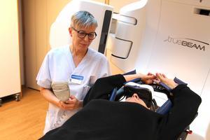 Sjuksköterskan Birgitta Vikström trivs med sitt arbete på strålbehandlingen vid Gävle sjukhus. Hon uppskattar särskilt den fina gemenskap som ofta uppstår mellan personal och patienter.