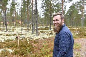 Thomas Kjellsson, VD Norra Dalarnas Fastighets på det tomtområde, där det nu planeras för nya hyresrätter i Idre.