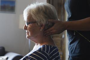 Maja-Lisa Tysk får nackmassage av en massör som fanns på plats under kollot.