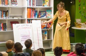 Pia Carlsson visar hur mycket pengar som samlats in för att köpa böckerna till barnen: insamlingen är nu uppe i 80000 kronor och både företag och privatpersoner har bidragit.