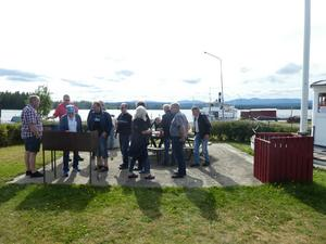 Efter besöket på Arvesunds museum blev det kö till den grillade korven. Här ses också Ångaren Östersund i bakgrunden. Foto: Stig-Björn Sundell