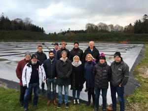 Intressenterna bakom projektet med en pilotanläggning för fjärrvärme via solfångare besökte nyligen Danmark. Där har man redan hundratalet liknande projekt igång.. Foto: Privat