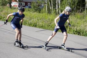 Fagersta Södra IK åker rullskidor uppe på Fårbo industriområde.