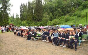 Många var försedda med paraplyer.