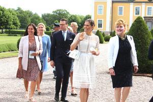 Victoria och Daniel  gick ganska långsamt fram mot Strömsholms slott, så att alla, även intresserade lokalbor med mobiler, skulle få en bild.