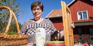 – Det är kontanter som gäller och några tar swish. Vi har gett råd att om någon säljer för fem kronor att de bör ha växel, säger Inger Berglund.