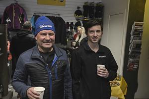 Leif och Göran Larsson från Sveg fanns i fika-avdelningen i skoterbutiken i Linsell.