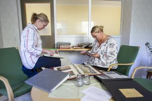 På Hedbacka finns många fyllda fotoalbum från 80- och 90-talet. Kristina Flordal och Erika Holmgren känner igen flera ur personalstyrkan som blivit fotade.