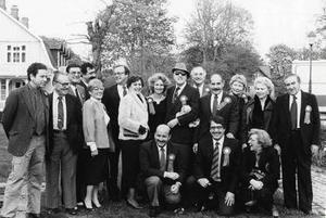 En stor del av den dåtida serieparnassen på en gruppbild vid  seriekongressen i Helsingborg 1985. För nyfikna kan meddelas att tvåa  från vänster i övre raden syns Spirous skapare André Franquin, i  mitten, med solglasögon, Lee Falk, mannen bakom Fantomen och  Mandrake. Som överkurs kan meddelas att längst till höger står  Stålmannens ena upphovsman Jerry Siegel med sin fru Joanne, på 30- talet förebild för Stålmannens och Clark Kents kärlek Lois Lane.