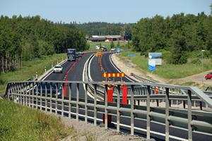 Nu är riksväg 50 mellan Rude och Åsbro nästan klar. På lördag invigs den ombyggda vägen och den nya cykelvägen, vid Skyllbergsvallen. Arkivfoto: Tove Svensson/NA